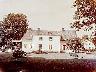 Sörby gård, envånings herrgårdsbyggnad med frontespis, stor öppen veranda på ena gaveln. En flygelbyggnad. Direktör Knut Lindström