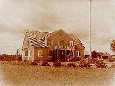Börstils Ålderdomshem, envånings bostadshus med inredd vind, brutet tak, frontespis, balkong, veranda och burspråk. Nr: 238.