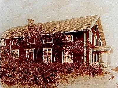 Kävesta Missionshus 1890, tvåvånings missionsbyggnad med veranda i snickarglädje. Bilden tagen efter ett gammalt foto.