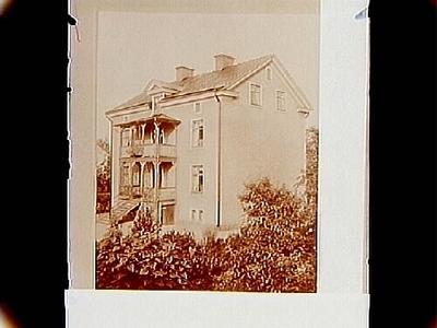 Två och en halvvånings bostadshus med veranda och balkong i snickarglädje, frontespis. Änkefru Hedvig Marselius
