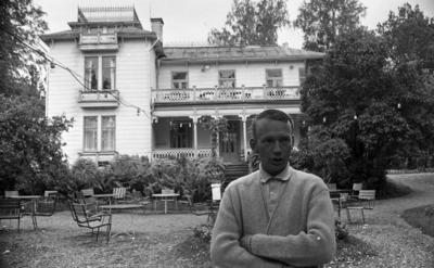 Fågelsång Vivs, Tittade på idrottsplutonen 23 sept 1967  Konditoriägare Sören Persson står framför Fågelsångs kafé i Adolfsberg. Bakom honom finns det trädgårdsmöbler.