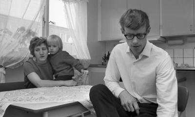Gyttorp 23 februari 1967  En kvinna sitter vid bordet med en flicka i famnen, och en man med glasögon och vit skjorta.