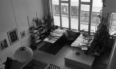 Konstig konst 16 december 1966  Ett arkitektkontor i Örebro med ritningar som ligger på bord samt tavlor på väggarna.