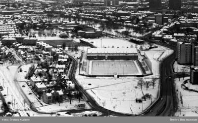 Flygbilder över Örebro, 19 mars 1969.  Bilden visar idrottsanläggningen vid Eyravallen i östra stadsdelen  av Örebro kommun.