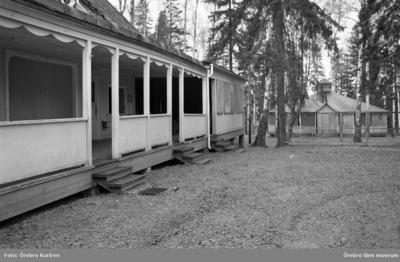 Hallsberg 10 maj 1969  På bilden ser man två byggnader. En byggnad med veranda och trappor till ingångar.