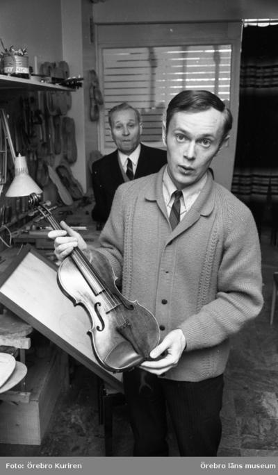 Familjen Söderström, fiolbyggare. 19690314  Far och son tillverkar fioler i Örebro. De hade bl.a. danske artisten Svend Asmussen som kund.