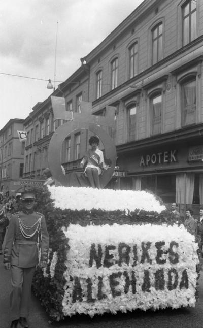 Barnens Dags Tåget 31 maj 1965  En man och en kvinna på en parad