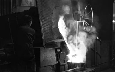 Johnson metall, 21 januari 1966  På bilden syns en metallarbetare i sitt arbete med att tappa smält metall från ugnen på