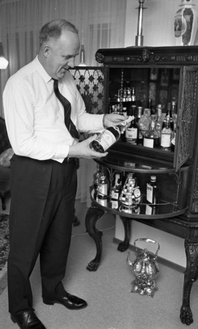 Farbror Sol Gösta Andersson 24 januari 1966  Porträtt av äldre man som poserar med flaska med förmodat alkholhaltig dryck.