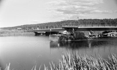 Hjälmaren filmas, 19 juli 1967  Broöppning på Hjälmare kanal vid Värhulta.