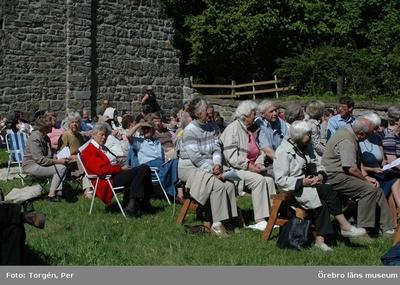 Dokumentation av friluftsgudstjänst vid Riseberga klosterruin.