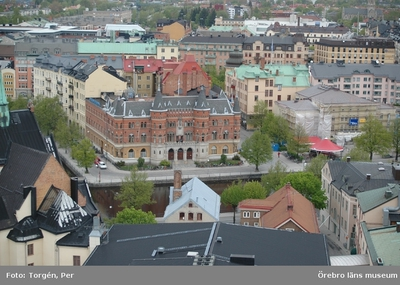 Bilder tagna under renoveringen av tornet på Nikolaikyrkan 2005. Utsikt från Nikolaikyrkans torn mot norr. Nerikes Allehanda, teatern, m.m.