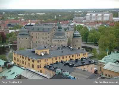 Bilder tagna under renoveringen av tornet på Nikolaikyrkan 2005. Utsikt från Nikolaikyrkans torn. Stora Hotellet, Örebro Slott, Universitetssjukhuset Örebro.