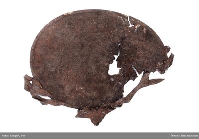 Föremål påträffade vid restaureringen och konserveringen år 2006 av Munkarnas mur, Ramundeboda kloster, fornlämning nr. 8. Föremål nr. 14: kistplåt av järnbleck, oval, med rester av dekorativt formad plåt upptill och vid sidorna. Trasig. Mått: l. 26 cm,  br. 21 cm. Lösfynd från rasmassor inuti Munkarnas mur. Dnr: 2003.230.145 Dessa föremål har endast förtecknats och fotografats, varefter de slängts. (En del av föremålen har tagits emot av ÖLM och införlivats i museets samlingar, ÖLM 38.767:1-2, ÖLM 38.768:1-2 och ÖLM 38.769)