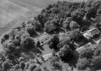 Flygfoto över Riseberga klosterruin. Bilden tagen för vykort. Förlag: Fotocentralen, Fjugesta.