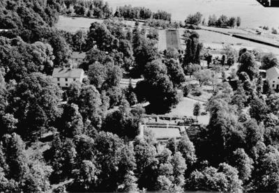 Flygfoto över Riseberga klosterruin och Riseberga Herrgård.