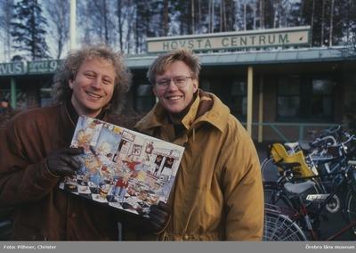 Sören Olsson och Anders Jacobsson med Adventskalendern i Hovsta Centrum.