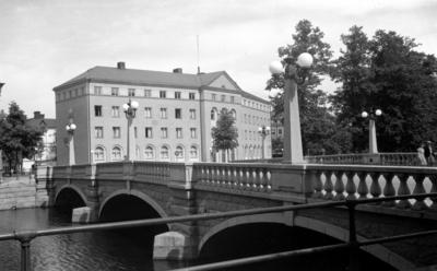 Nämndhuset, som stod klart 1934, ritat av arkitekt Georg Arn. I förgrunden Vasabron som invigdes den 18 augusti 1926. Även den byggdes efter ritningar av dåvarande stadsarkitekten Georg Arn.