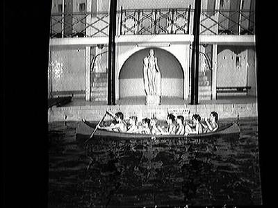 Metallbåtar AB hade som första företag i Sverige tillverkat kanoter av metall . Här sitter åtta stycken grabbar i en kanot vid Simhallen, Fabriksgatan.