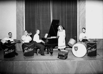 Al Millers orkester, fyra män med musikinstrument och en kvinna. Karl Erik Lundqvist, banjo och gitarr, född 1918. Folke Kalén, trumpet, född 1910. Algot Johansson, kapellmästare, piano och dragspel, född 1910. Anlitad som ackompanjetör. Eng.: Södra Folkparken, Örebro. Maj Ander, vokalist. Tage Höglund, slagverk, född 1921. Har haft egen orkester under namnet