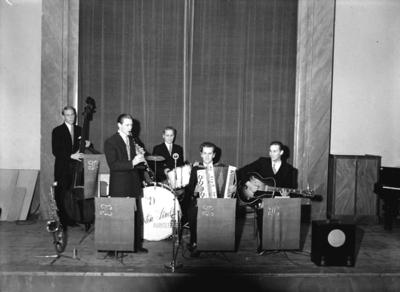 Torsten Linds orkester, fem män  med musikinstrument. Dragspelaren är högst sannolikt Stig Ingemar Halldin, Örebro (1910-1977).
