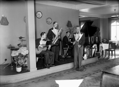 Bert Roselands orkester, fyra personer med musikinstrument (Rosmarks dansorkester). Rune Eriksson, gitarr, violin. Karl-Erik Stähring, saxofon, klarinett, piano, dragspel. Lennart Thengblad, piano, gitarr. Bertil Rosmark, kapellmästare, trummor, dragspel, sång. Orkestern har turnerat i parkerna och idrottsmässor och dör förutom dansmusiken även utfört kabaretuppträdande. Själv har Bertil Rosmark från 1912 deltagit i dragspelstävlingar över hela landet, bl.a. två gånger på Nordiskt Grand Prix och dragspel i Göteborg, turnerat med Svenska Dragspelsorkestern tillsammans med Folke Malmstedt i cirkus Mijares Schreiber, Hilmer Borgerling, Hula-kvartetten samt med John Botvids revy som kapellmästare. Har i flera år varit engagerat i restaurang Centrum i Örebro, m.fl.