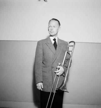 Whispering Band på Teknis, en man med musikinstrument, trombone. Sannolikt Filip Andersson, trombone och dragspel.