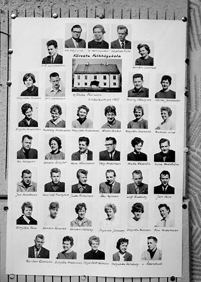 Kävesta Folkhögskola, Hjärsta filjalen, vinterkursen 1960. Porträtt av kursdeltagarna. Skolbyggnad.