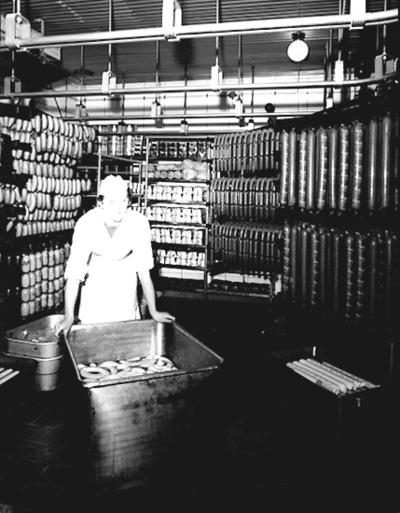 Konsums charkuterifabrik, interiör av kylrummet, en kvinna.
