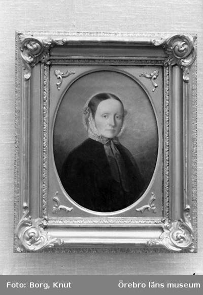 En tavla. Motiv: kvinnoporträtt. Fru Bergström, Oskarsvägen 6, Örebro.