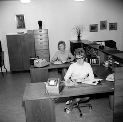 Kontorsinteriör, två kvinnor. Metalls avdelning på Medborgarhuset.