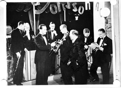 Jonssons orkester, åtta män med musikinstrument. Text på bilden: