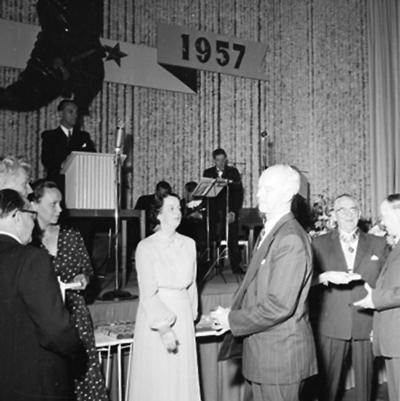 Oscarias 50 årsjubileum. Interiör, grupp. Från vänster: fru Knut Åqvist (Tanja) och fru Gösta Åqvist.