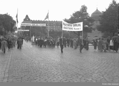 Demonstration  på Storgatan/Storbron (skyltar med texten: Kooperativ samling i Adolfsberg den 19 augusti). Centralpalatset i bakgrunden, Örebro slott till höger.