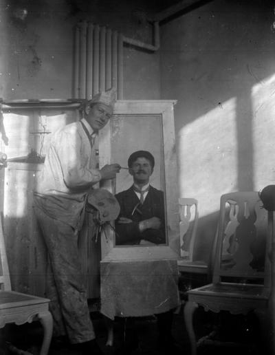 Rumsinteriör, en målare som målar ett porträtt.