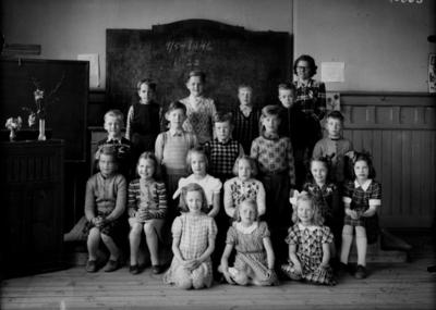 Almby Södra skola, klassrumsinteriör, 9 flickor, 9 pojkar och lärarinna fröken Karin Olsson. Klass 2, sal 3.
