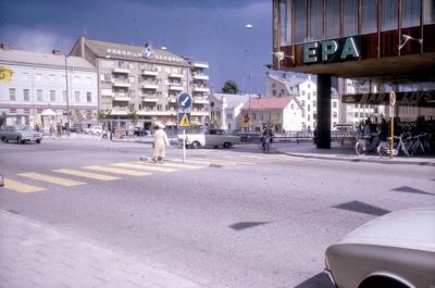 Våghustorget. Till höger närmast i bild är Krämarhuset med bland annat varuhuset EPA.  Bilden tagen mot nordöst från hörnet Rudbecksgatan-Drottninggatan.