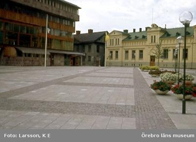 Södertorget, sedermera Olof Palmes torg.  Till vänster Hjalmar Bergman teatern och rakt fram det hus som revs när det nya stadsbiblioteket skulle uppföras Foto taget från Drottninggatan mot väster.
