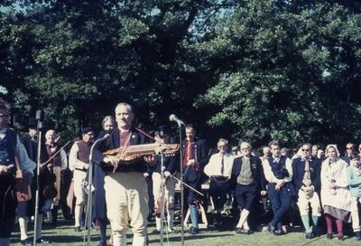 Folkdans och spelmansstämma i Örebro 16-19 juli 1965 i samband med Örebros 700 årsjubileum. Riksspelman Erik Salström med nyckelharpa i Stadsparken.