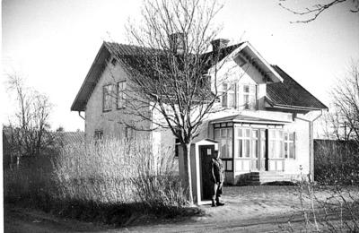 Åbytorp, Kumla, 1941. Villa som användes som bataljonsexpedition. Huset finns kvar än idag. Det är första huset västerut på vänster hand efter kapellet, längs huvudgatan som går mot Hardemo och vidare.
