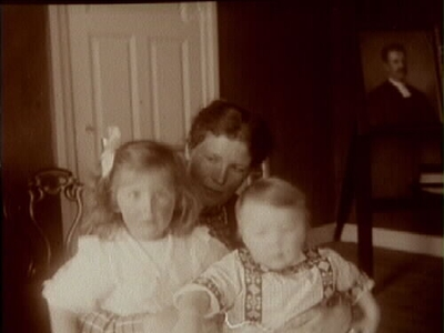 Rumsinteriör, familjegrupp tre personer. Gerda Thermaenius med barnen Maj och Sven.