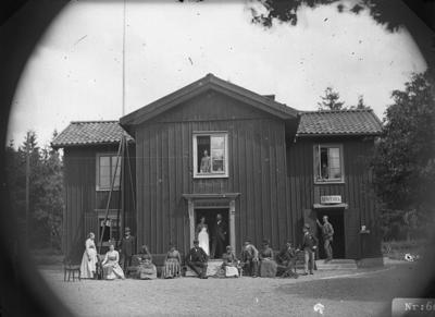 Apotek (Apothek), grupp framför byggnaden.