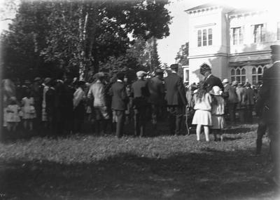 Porla brunn, grupp framför byggnaden.