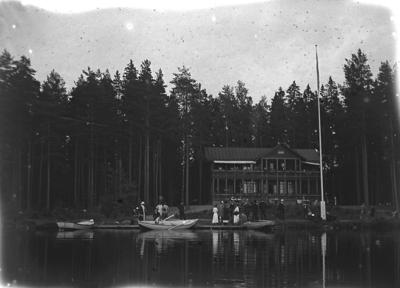 Porla, Villa Sjöbaden vid sjön Testen. Här kunde gästerna vid Porla Brunn bo, hyra roddbåt  samt bada i det närliggande kallbadhuset, med herr- respektive damavdelning. I och med att Varmbadhuset i Porla Brunn brann ned 1939, upphörde verksamheten både i Porla Brunn och i Sjöbadsvillan. Huset revs slutligen 1951.