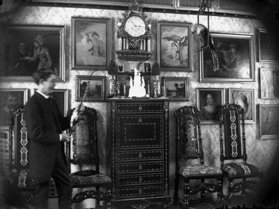 Rumsinteriör, en man. Intendent Alfred Vikströms bostad, Olaigatan 26, Örebro. Bilden är tagen av Alfred Vikström själv, omkring 1890.