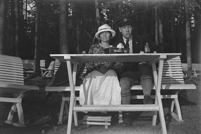 Porla, ett par på en bänk. Karl Hedström