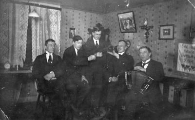 Gråbo, Karlskoga. Rumsinteriör, fem unga män. Från vänster: Fritz Sjögren, Isak Berggren,  Sven Fagerström, Bråthen, Karl Berggren.