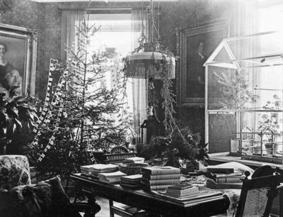 Rumsinteriör med julgran. Doktor Robert Norströms och Maria Norströms hem i Örebro. Maria är dotter till prosten/hovpredikanten Albert Ekström och Sofia