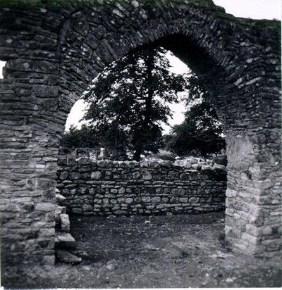 Mellersta bågen i mittskeppets norra mur från söder. Ursprungligen i romansk stil, men senare moderniserad till gotisk spetsbåge.