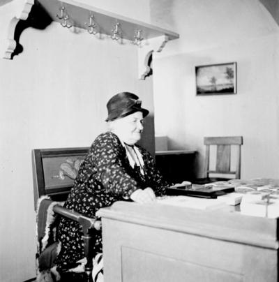 Porträtt på Clara Aulin. Bilden tagen den 1 juni 1937. Clara Aulin var anställd som kassörska vid Örebro läns museum. (Troligen kan bilden vara tagen inifrån Örebro läns museums dåvarande lokaler i Slottet.)